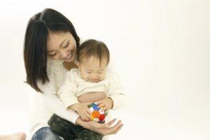 赤ちゃんを抱っこしている女性の画像